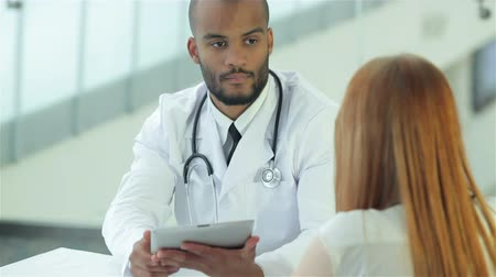 gravata : Doctor talking with client in clinic