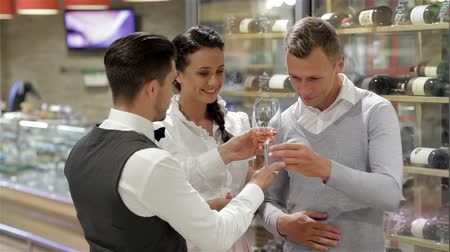 kırmızı şarap : The sommelier offers wine tasting. Confident male sommelier recommendation for bottle of wine. Stok Video