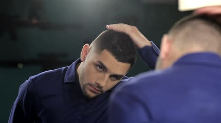 corte de cabelo : Mens hairstyling and haircutting in a barber shop or hair salon. Grooming the beard. Barbershop. Man hairdresser doing haircut beard adult men in the mens hair salon. Hairdressers in the workplace. Barber.