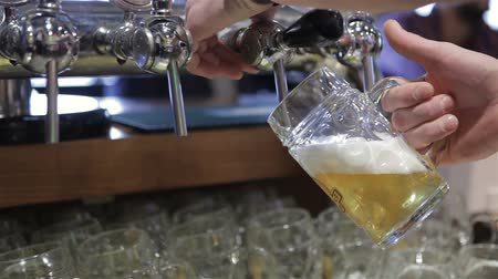 musluk : Filling glass with beer Stok Video