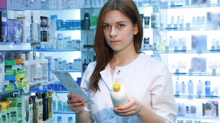 szukanie : Pharmacist woman standing with recipe