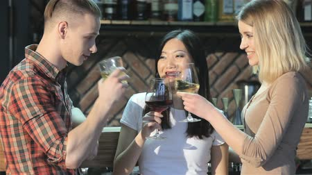 vinho : Man drinks beverages with two girls at the bar