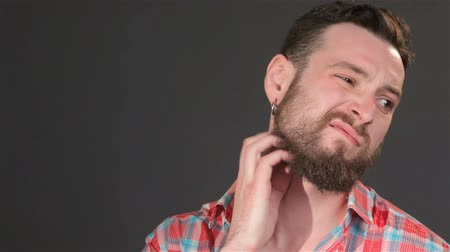 cabelos grisalhos : Young guy scratches his beard