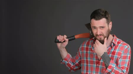 omuzlar : Bearded hipster puts an ax on his shoulder