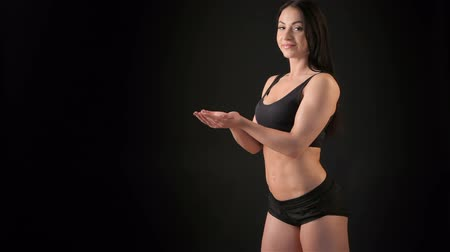 atleta : Fitness woman with cupped hands