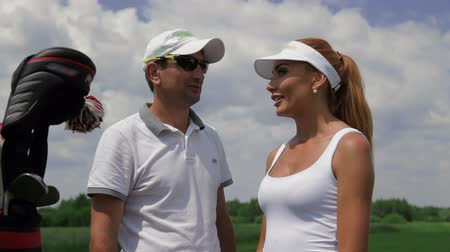 golfjátékos : Instructor ask question to the female player about golf Stock mozgókép