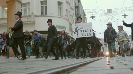 škádlení : Brno, Czech Republic – 01072019: International Silly Walk Day. Fooling walks on banter march. People walking quaint way in street. Funny procession of citizens having fun with up-and-down gait Dostupné videozáznamy