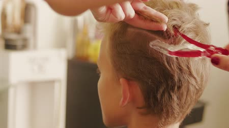 застежка : Hairdresser fixing hair for boy teenager haircut, clasp pin on head. Barber hands fastening hair for man head-dress in barbershop. Hairstyle on shot hair. Hair-cutter preparing boy for celebration