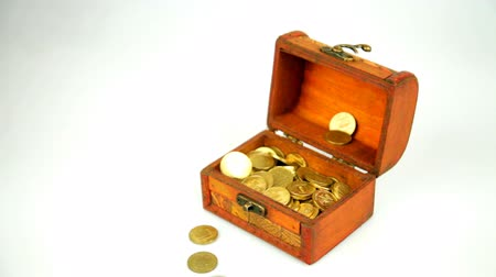 tesouro : Golden coins fall from above and fill a wooden casket