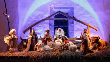 жить : Christmas nativity scene with three Wise Men presenting gifts to baby Jesus, Mary & Joseph Стоковые видеозаписи