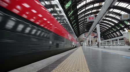The modern high-speed train at the station. The central railway station of Milan (ital. Milano Centrale) is one of the largest stations of Europe. Vídeos