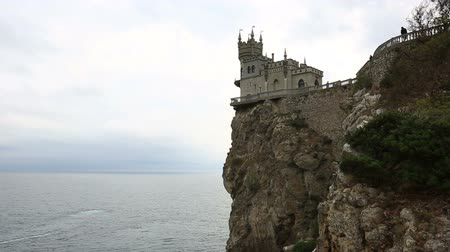 zamek : Swallows Nest castle on the rock over the sea, Crimea, Ukraine Wideo