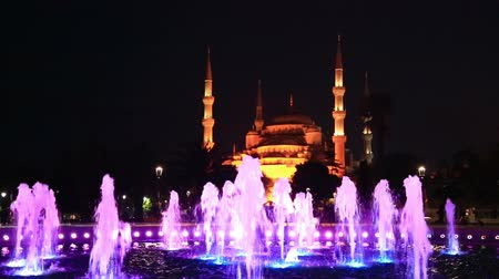 slavný : fountain with multicolored illumination on Sultanahmet square in front of the Blue mosque Sultan Ahmed Mosque in Istanbul in the evening Dostupné videozáznamy