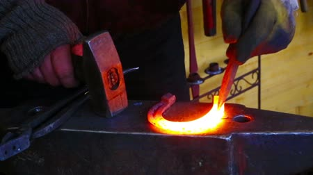 kowal : Professional farrier forging horseshoe hot in blacksmith
