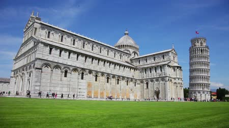 башни : General view at leaning tower of The Piazza dei Miracoli Piazza del Duomo with many tourists under clear sunny sky in Tuscany.