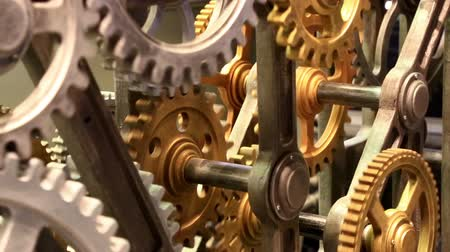 заводной : Close up view at clockwork mechanism with gears rotating smoothly Стоковые видеозаписи