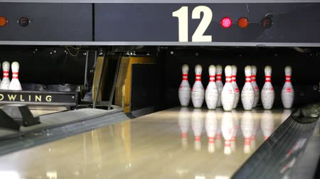 machine sous : Bowling ball rolling the lane and knocking down pins
