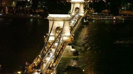 Night traffic of cars on Szechenyi Bridge through Danube in Budapest Vídeos