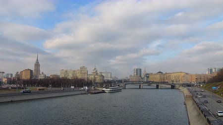 View of the Moskva River with pleasure boats and promenade on a sunny day, timelapse 4K Vídeos