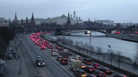 Cars are driving along the Moskva River embankment near the Moscow Kremlin, timelapse 4K Vídeos