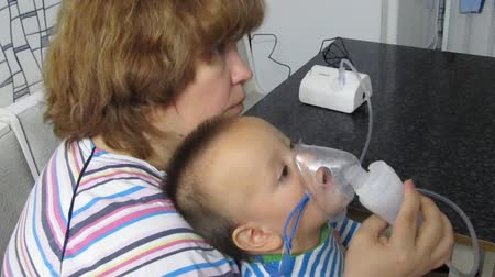 doente : boy with inhalation mask Stock Footage