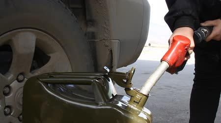 petrol : filling gas can