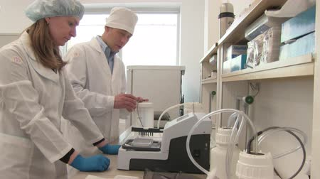 cerrahi : researcher team in the laboratory  Stok Video