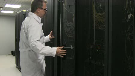technikus : Man working in server room