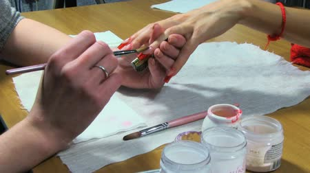 unha : Manicure making. Nice manicured woman palms