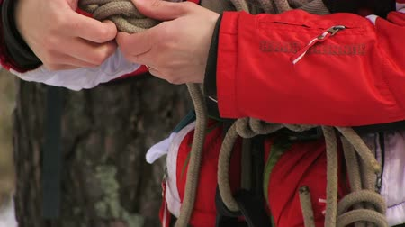 corda : Man tying a knot in a climbing rope Stock Footage