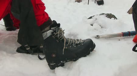 ayakkabı : Mountaineer tying shoes Stok Video