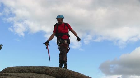 alpinista : Man On The Top Of The Cliff Stock Footage