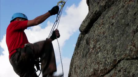 alpinista : Man Climbing To The Top Of The Cliff
