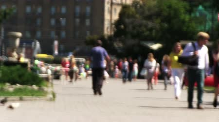 olhares : NOVOSIBIRSK, RUSSIA - June 23, 2015: Summer day, and pedestrians in downtown. Defocused footage