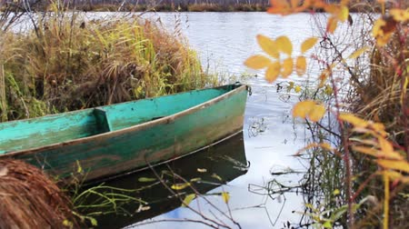 barco : Old boat on the autumn river