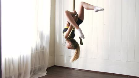 gymnasta : Young beauty woman is practicing aerial silk Dostupné videozáznamy
