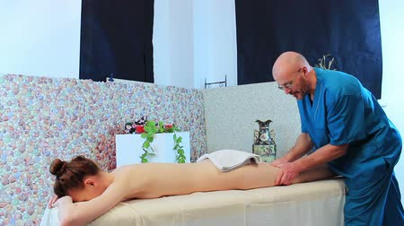 fizjoterapeuta : video of leg massage for young beauty woman in the beauty saloon