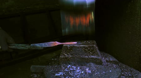 miecz : Blacksmith Forging a Knife