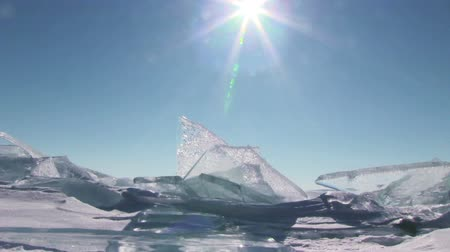 geleira : Winter Baikal. Ice against clear sky and sun