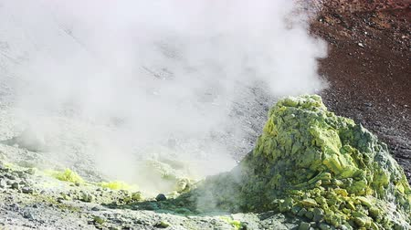 enxofre : Volcanic activity, sulfur fumarole and hot gas on the slope of Ebeko volcano, Northern Kuriles, Paramushir Island