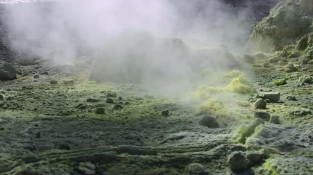 кратер : Volcanic activity, sulfur fumarole and hot gas on the slope of Ebeko volcano, Northern Kuriles, Paramushir Island
