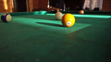 poolbiljart : Man poolbiljart spelen, ballen raken in slow motion video