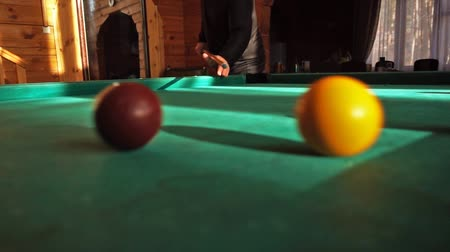 biljart : Man poolbiljart spelen, ballen raken in slow motion video