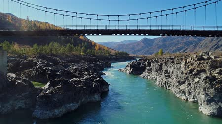 Suspension bridge over a mountain river. Katun, Altai Mountains, Russia. Wideo