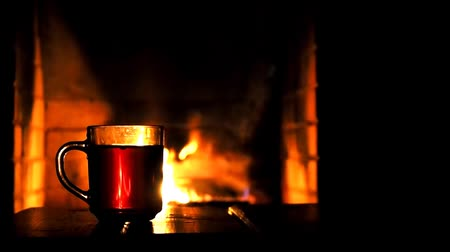çatırtı : Tea on the background of the fireplace, burning flame. The sound of burning logs of wood in the fire. The human hand put the Cup
