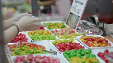 креп : Tourists are buying colorful Thai dessert