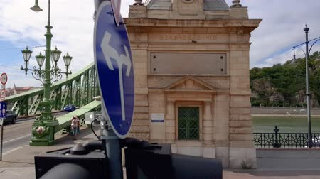 lugares : Liberty Bridge 4K footige from public transport in Budapest, Hungary. Stock Footage