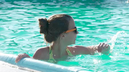 irmãs : Cute girl relaxing in the pool. Stock Footage