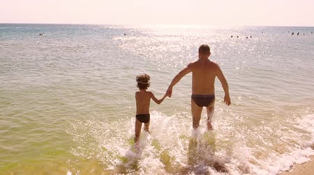parentes : Dad and son flee to the sea. Slow motion.