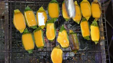 banan : Grilled egg, street food, Thailand Wideo